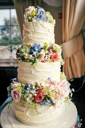 white flower garnish wedding cake