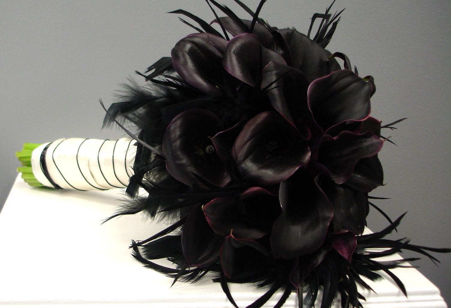 Plum-calla-with-feathers-bridal-bouquet