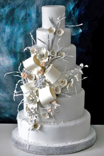 chic winter wedding cake with twigs