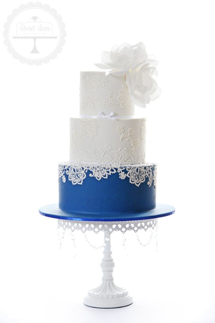 blue accent for wedding cake